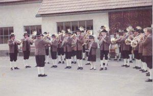 Platzkonzert anlässlich des Besuches der Musikkapelle Stams in Senftenberg – Aufnahme von 1984.