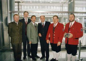 Oberstleutnant Anton Pistotnig (Landeskapellmeister), Dr. Franz Stättner (Landesobmann), Bürgermeister MedR Dr. Heinz Nuhr, Landeshauptmann Dr. Erwin Pröll, Obmann Heinz Schütz und Kapellmeister Rudolf Fürlinger bei der Verleihung des Ehrenpreises am 12. Mai 1999.