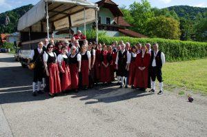 """Gruppenfoto anlässlich der Pause am Vormittag in Senftenberg, Straßenzug """"Ketz"""" beim Tag der Blasmusik am 7. Mai 2016."""