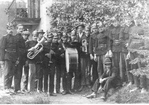 Die Feuerwehr Senftenberg mit der Musik. Aufnahme vom 27. Juli 1924 anlässlich der Primiz von Pfarrer Klamminger.