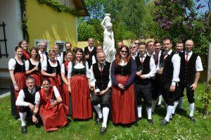 """Gruppenfoto anlässlich der Pause zu Mittag im """"Hof zu Priel"""" bei Familie Hagmann, Priel 9 beim Tag der Blasmusik am 16. Mai 2015."""