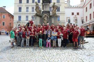 Gruppenfoto der Teilnehmer mit Partner und Kindern anlässlich des Musikerausfluges von 2. bis 3. Juli 2016 nach Freistadt, Rainbach und Český Krumlov.