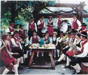 Gemütliche Musikantenrunde mit Marketenderinnen in Senftenberg, Im Winkel bei der Weinpresse anlässlich der Sonnwendfeier im Juni 1973.