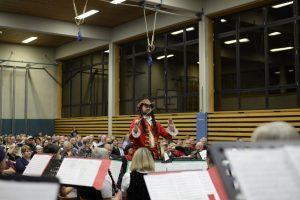 Kapellmeister Martin Schwager verkleidet als Captain Jack Sparrow beim Konzert 2019.
