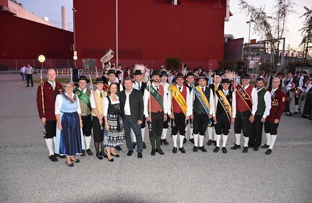 Die Stabführer_innen der 13 teilnehmenden Kapellen. Foto: © BAG Krems