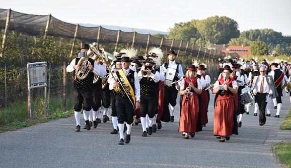Musik, im Schritt - Marsch! Peter Kirschbaum führt beide Kapellen zum Erfolg. Foto: © BAG Krems